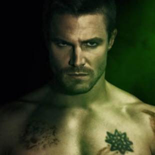 Tem muito homem sem camisa nesses pôsteres da 2ª temporada de Arrow