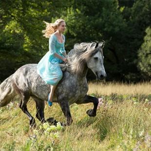 E essa é a primeira imagem oficial do live-action da Cinderela