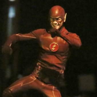 Veja várias imagens das filmagens do crossover de Arrow e The Flash