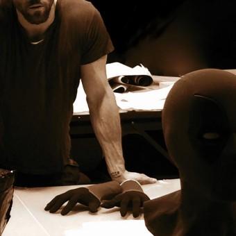 Ryan Reynolds mostra máscara do Deadpool em primeira imagem do filme
