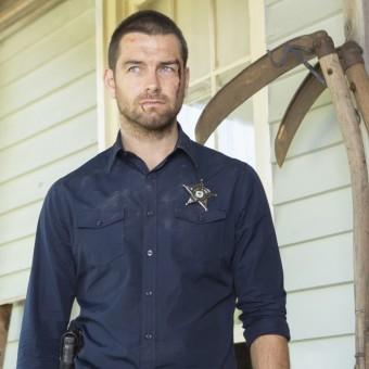 Cinemax renova Banshee para quarta temporada e aprova a produção de Outcast