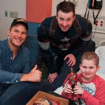 Chris Evans e Chris Pratt visitam crianças num hospital novamente