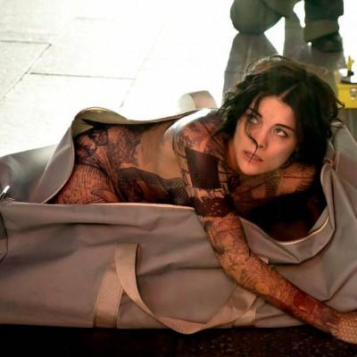 Jaimie Alexander aparece perdida, nua e tatuada na primeira imagem de Blindspot