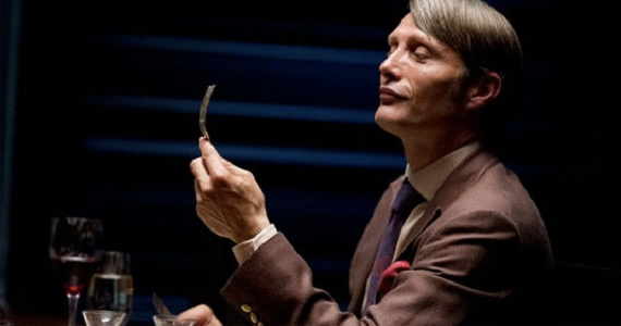 Mads Mikkelsen como Hannibal.