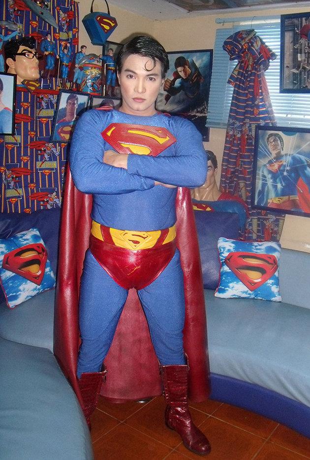 Ainda um disfarce melhor que o óculos do Clark Kent... Créditos: Yahoo e Rex Features
