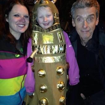 Esse é um vídeo de Peter Capaldi consolando uma jovem fã autista de Doctor Who