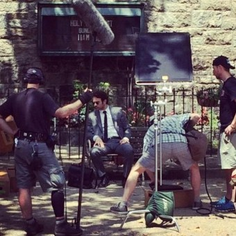 Foto mostra Charlie Cox como Matt Murdock nos sets da série do Demolidor
