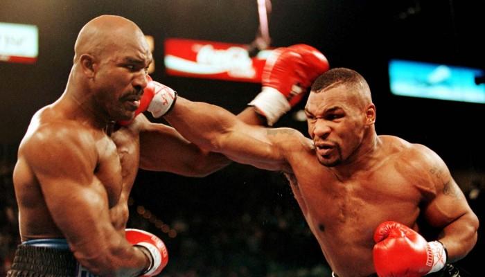 Mike Tyson acertando Evander Holyfield na Luta do Século