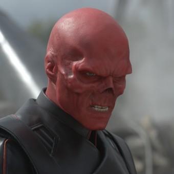 Homem corta parte do nariz e faz tatuagens para parecer o Caveira Vermelha