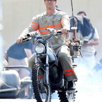 Chris Hemsworth aparece vestido de Caça-Fantasma no set do longa